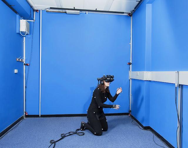 Доктор Кэролайн Фалконер использует VR для терапии фобий и ПТСР.