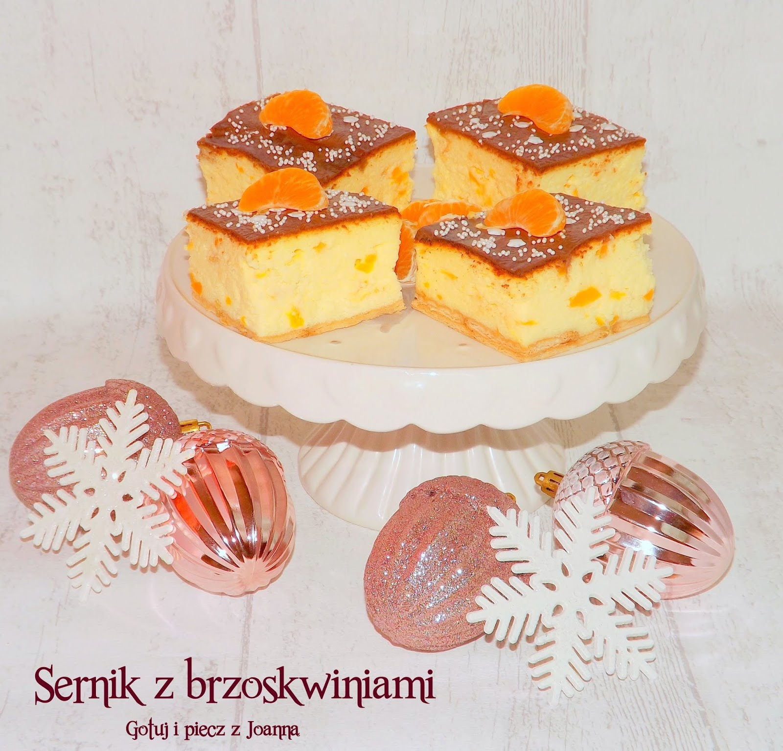 Sernik z brzoskwiniami, polewą i mandarynkami