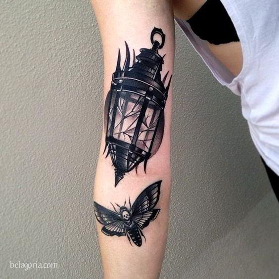 Un oscuro tatuaje de farol antiguo roto y una polilla