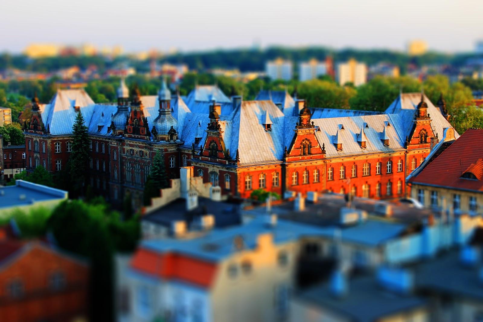 ミニチュア風に撮影されたポーランドのブィドコシュチュの穏やかに明るい街並みのサムネイル