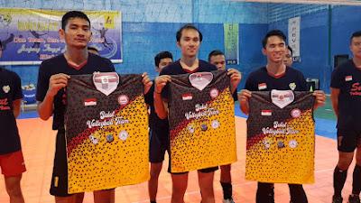 Kapolresta Manado Bakar Semangat Tim Bola Voli Sulut Dengan Memberikan Kaos