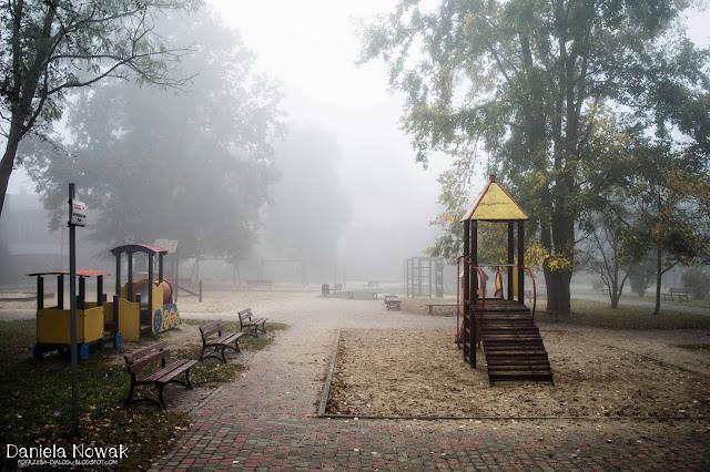 park dla dzieci w Pyskowicach otoczony mgłą..