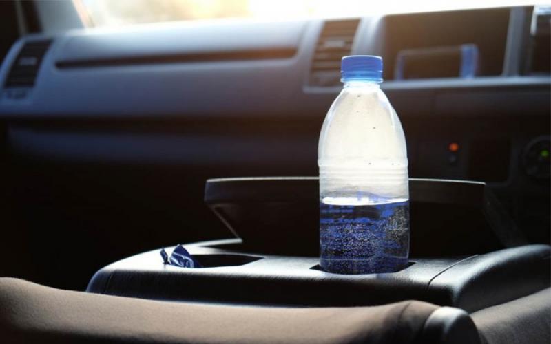 Γιατί να μην αφήνετε πλαστικό μπουκάλι με νερό στο ΙΧ όταν έχει ζέστη