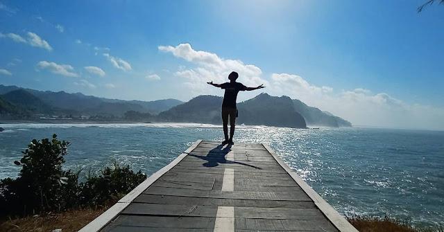 Pantai Lampon Bernuansa Romantis
