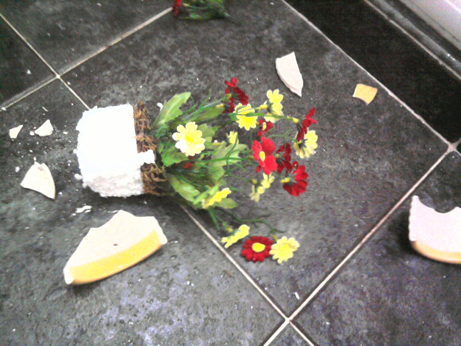 Sketsa Bunga Contoh Lukisan Pasu Bunga Pecah Di Atas Lantai