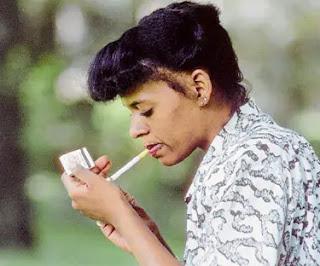 إليك أهم الأسباب لماذا تعد السجائر أسوأ عدو للمرأة