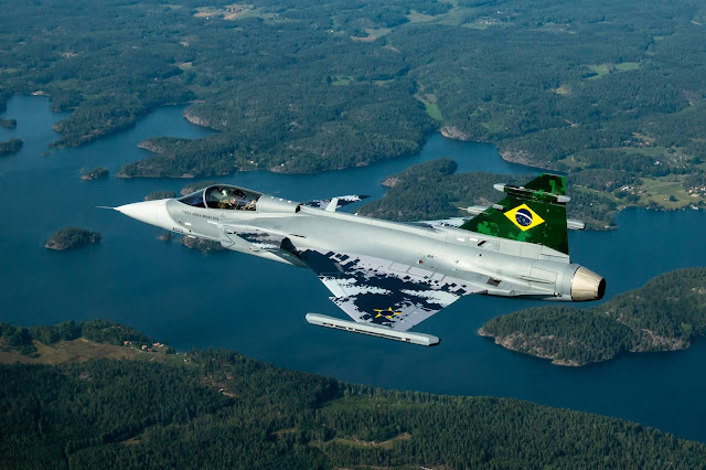 Novo caça brasileiro, Grippen E, faz seu primeiro voo - vídeo