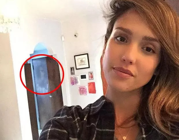 The ghost of a woman with dark eyes is narcissistic in the selfie photo of American actress Jessica Alba