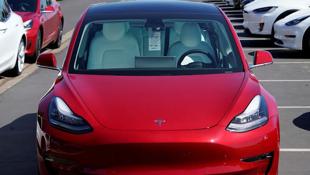 Tesla trabaja en un sensor que puede 'ver' cuando un niño es olvidado en un auto, para evitar el riesgo de insolación