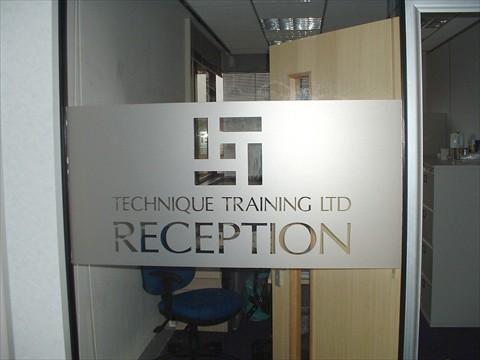 Mẫu logo cắt chữ dán kính văn phòng đẹp