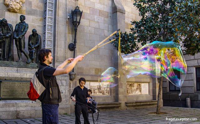 Os artistas de rua no Bairro Gótico de Barcelona
