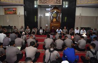 Kapolda Jambi Hadiri Kegiatan Pembinaan Rohani Dan Mental Rutin Polda Jambi Di Masjid Al-Ihklas