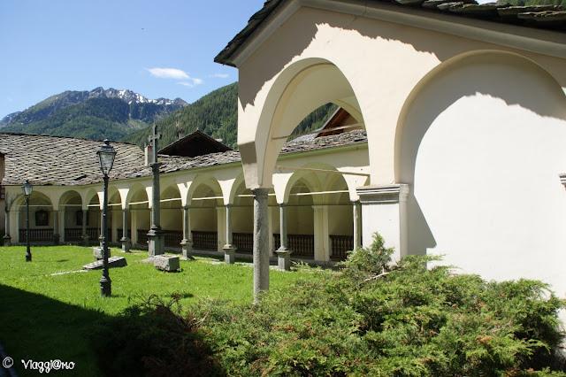 Il porticato con dipinti della Via Crucis di fronte alla Chiesa