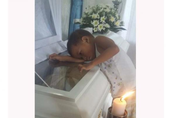 طفل يودّع أمه الوداع الاخير بعد وفاتها قصة صورة تمزق القلب ...