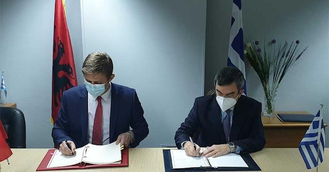 Χαρακτηρίζοντας τη συνάντηση ως «ιδιαίτερης σημασίας», ο Υφυπουργός Προστασίας του Πολίτη κ. Ελευθέριος Οικονόμου, υπέγραψε σήμερα στην Κακαβιά, μαζί με τον Υφυπουργό Εσωτερικών της Αλβανίας, αρμόδιο επί θεμάτων διαχείρισης συνόρων, κ. Julian Hodaj, τη Συμφωνία για την ίδρυση και λειτουργία Κέντρου Επαφής, μεταξύ των αστυνομικών και τελωνειακών Αρχών Ελλάδας και Αλβανίας.