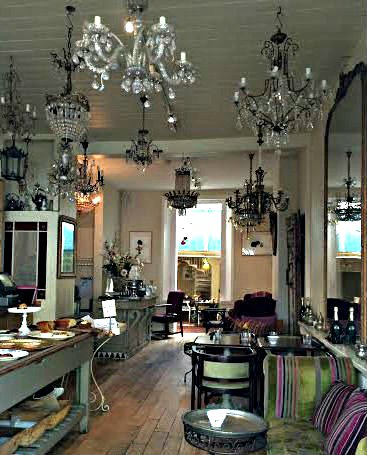 Le chandelier cafe interior London