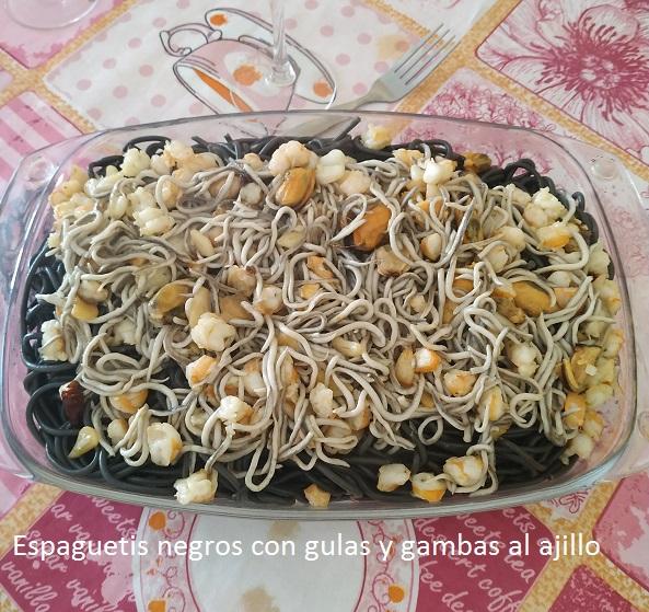 Espaguetis negros con gulas y gambas al ajillo