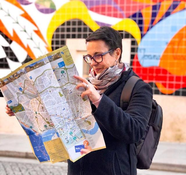 Guia Brasileira no Porto olhando o mapa da cidade