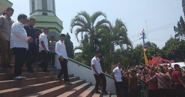 Presiden Jokowi Bagi-bagi Buku dan Kaus Usai Salat Jumat di Magelang