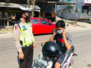 Berikan Masker Ke Pengendara Personil Sat Lantas Polres Enrekang disiplinkan Pengguna Masker