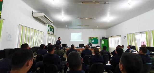 Policiais militares recebem treinamento para utilização de câmeras acopladas ao fardamento