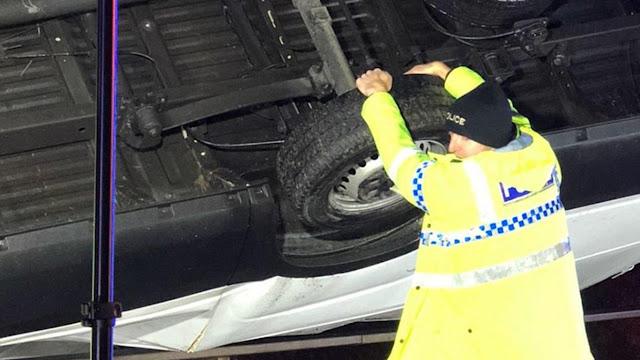 Британский полицейский руками удержал фургон от падения с моста