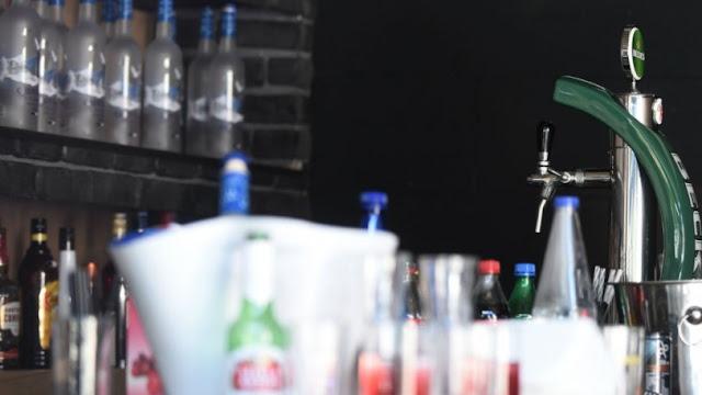 Πελάτης στα Τρίκαλα πλακώθηκε με barwoman επειδή του είπε οτι κλείνει το μαγαζί