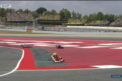 Foto Detik-detik Kecelakaan Iannone vs Lorenzo di Catalunya
