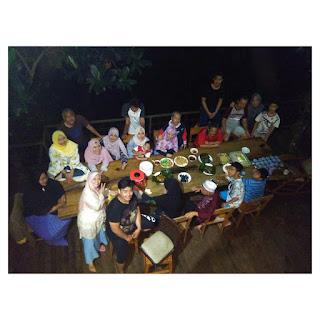 area meja makan outdoor - villa maria dago village bandung