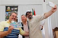 Marcão (Secretário de Trabalho e Emprego) e Sandro Dias (vice-prefeito) entregam juntos o troféu a Luciano Zimbrão