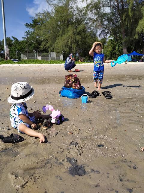 Anak main pasir pantai morib