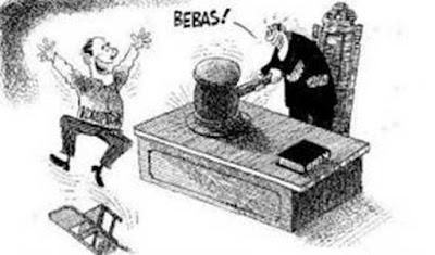 """Ambon, Malukupost.com - Majelis hakim Tipikor pada kantor Pengadilan Negeri Ambon memvonis bebas Jusuf Rumatoras, salah satu dari empat terdakwa kasus kredit macet pada PT. Bank Maluku-Malut dari tuntutan jaksa penuntut umum Kejati Maluku, Rolly Manampiring. """"Terdakwa memang terbukti bersalah tetapi perbuatannya bukan termasuk wilayah tindak pidana sehingga dibebaskan dari dakwaan jaksa yang menjeratnya dengani pasal 2 juncto pasal 3 Undang-Undang No. 31 tahun 1999 tentang pemberantasan tindak pidana korupsi sebagaimana telah diubah dengan UU nomor 20 tahun 2001, juncto pasal 55 ayat (1) KUH Pidana,"""" kata ketua majelis hakim Tipikor, R.A Didi Ismiatun di Ambon, Kamis (10/11). Putusan majelis hakim berbeda dengan tuntutan JPU dalam persidangan akhir Juni 2016 yang meminta terdakwa dihukum delapan tahun penjara, denda Rp500 juta subsider enam bulan kurungan dan uang pengganti senilai Rp4 miliar serta dibebani biaya perkara Rp10.000. Sedangkan tiga terdakwa lainnya atas nama Matheus Adrianus Matitaputty selaku kepala cabang utama, Markus Fangahoe dan Eric Matitaputty selaku analis kredit masing-msing dijatuhi vonis lima tahun penjara dan denda Rp200 juta subsider tiga bulan kurungan."""