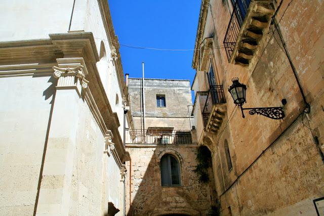 borgo antico, facciate antiche, palazzo