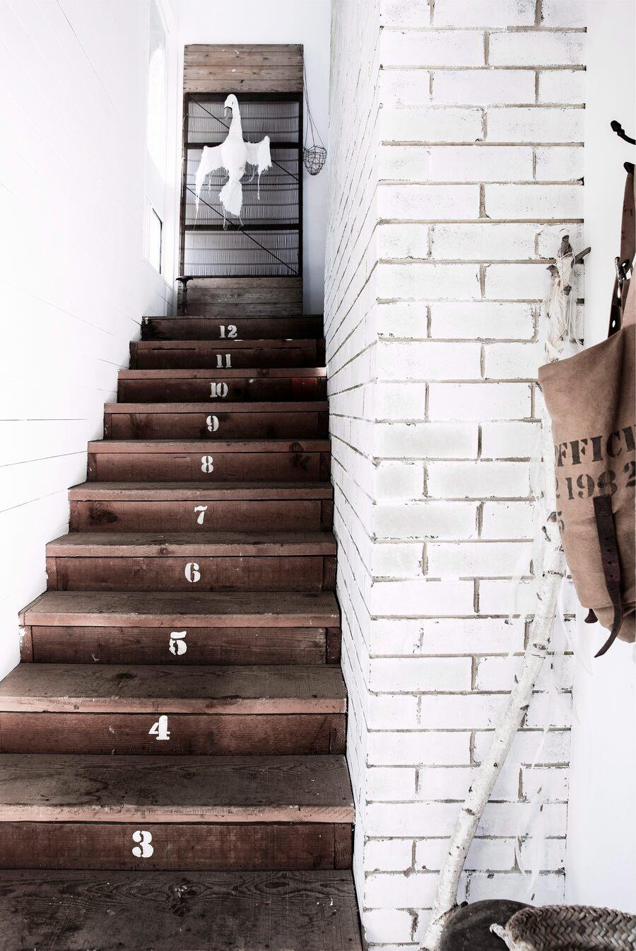 Escalera de interiores de madera oscura con números