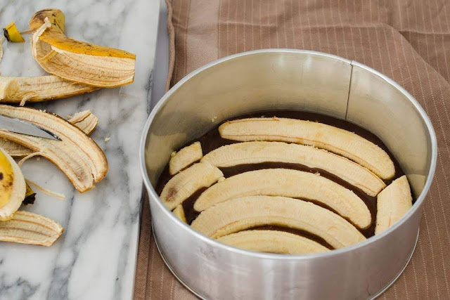 arrange banana on salted caramel topping before baking a cake