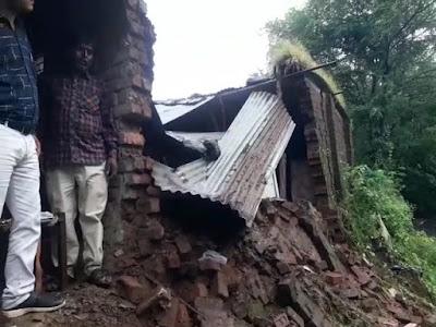 क्षेत्र में हो रही भारी बारिश से गिरा कच्चा मकान