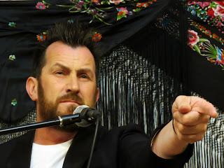 Expresiva imagen de Félix Crujera apuntando al público