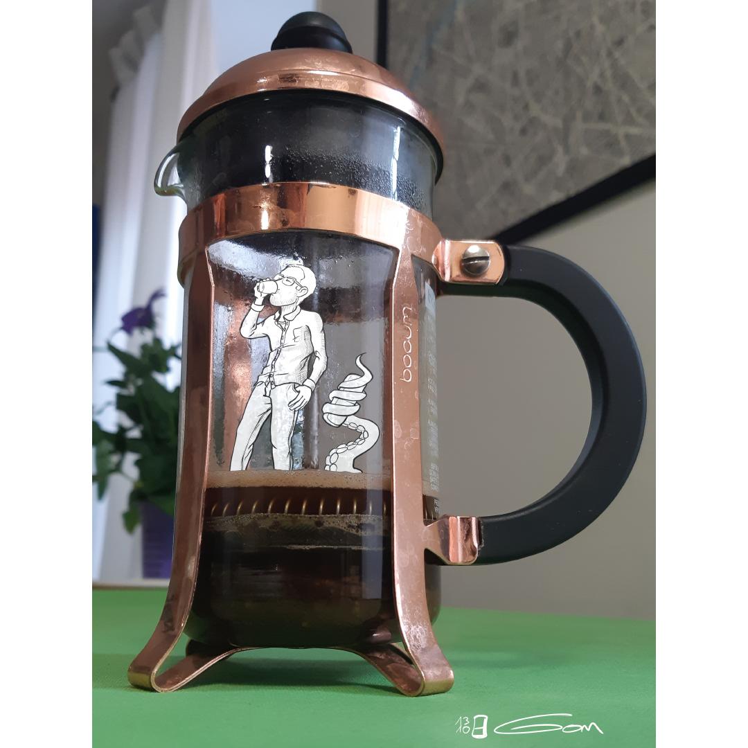 Gom (en blanc) boit un café dans une cafetière
