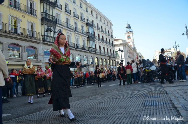 Fiesta de la Trashumancia Madrid  マドリードの時計台前でカスタネットを演奏する市民