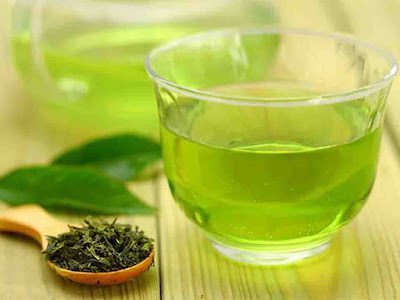 What is green tea good for? Many people use it and drink it instead of coffee, or use it in the form of capsules or as a component for preparing cosmetics for care.    Because of the presence of antioxidants, the main substances in the fight against free radicals, the application of green tea is possible in the following cases: