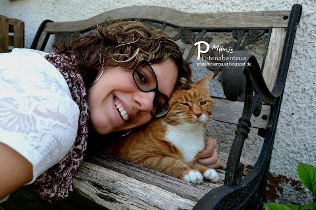 Katze Mimi kuschelt mit ihrer Zweibeinerin Betty