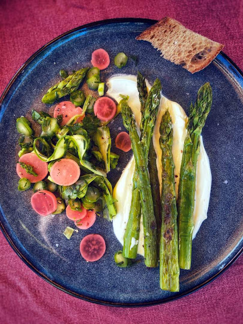 Grünen Spargel mit Schmand und Radieschen Pickles.