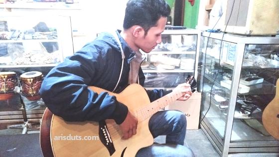 Tips Memilih Gitar Akustik Yang Bagus & Berkualitas Untuk Pemula