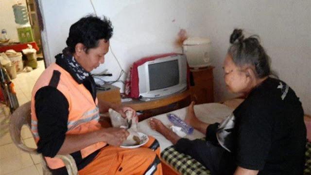 Viral Petugas PPSU Kerja Sambil Bawa Ibu yang Stroke, Sang Ibu Sering Menangis Kala Musim Hujan Tiba