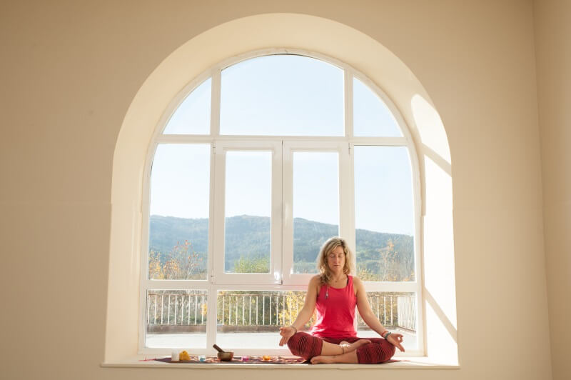 practica de meditación en una sesion de yoga