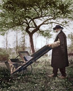 El artista Camille Pissarro transportando su caballete para pintar al aire libre