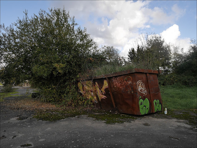 La terre grignote la tôle...  Amis du transformateur, à Saint-Nicolas de Redon. Octobre 2015