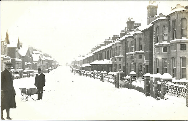 Street sceen in the snow (Monmouth Road)
