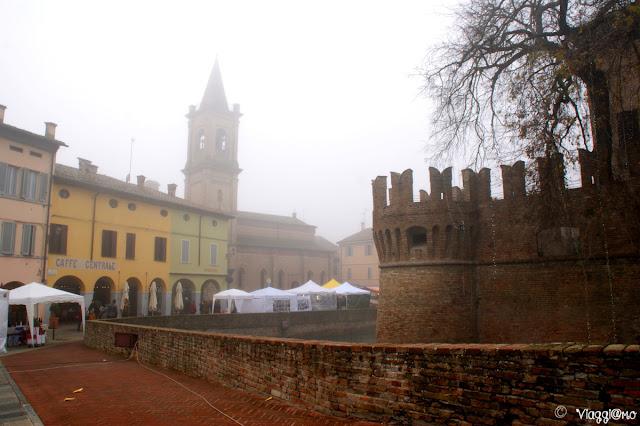 Fossato e case che circondano la Rocca Sanvitale