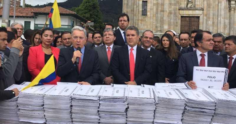 Uribe presenta más de un millón de firmas contra el acto legislativo para la paz